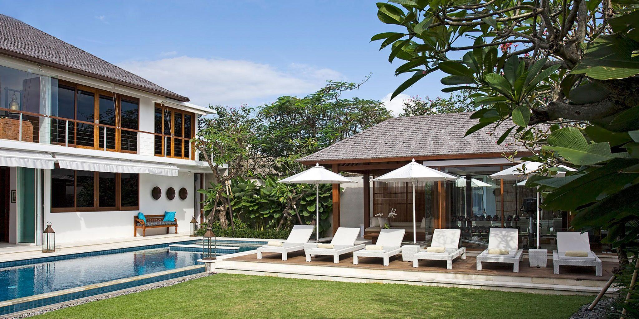 Villa Cendrawasih - Lawn view sun chairs